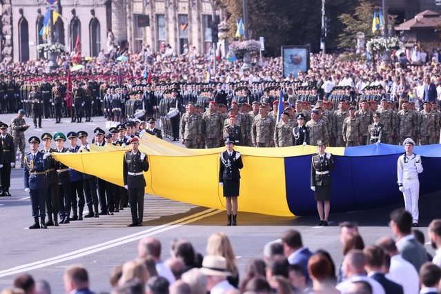 """Ukrainian soldiers march on the Independence Square during the """"Independence Day"""" celebrations at the Independence Square in Kiev, Ukraine, 24 August 2021. Ukraine marks the 30th anniversary of its independence from the Soviet Union in 1991. (Photo by Leszek Szymanski/EPA/EFE)"""
