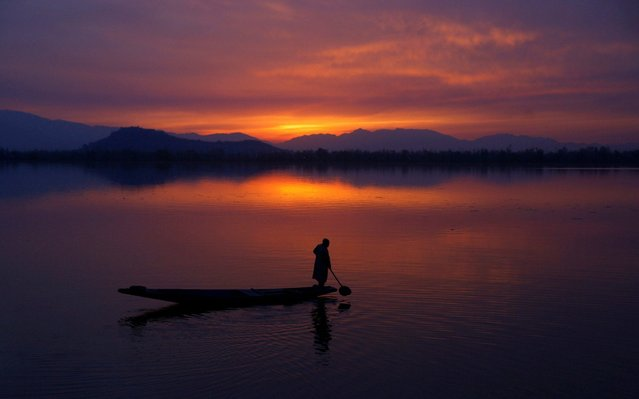 A Kashmiri boatman rows a boat inside Dal Lake while sun sets in Srinagar, the summer capital of Indian Kashmir, 03 April 2018. The weather in Indian Kashmir improved with the maximum temperature of 20 degree Celsius. (Photo by Farooq Khan/EPA/EFE)