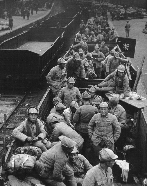 1948年11月, 浦口,在运货车上等待重新调防的士兵。 (In November 1948, Pukou wait for the re-redeployment of soldiers in the freight car)