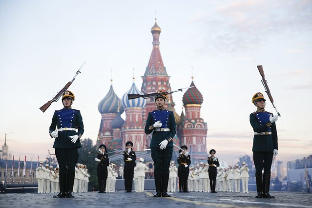 """Members of the Guard of Honor of the Presidential Regiment from Russia perform on the first day of the International Military Music Festival """"Spasskaya Tower"""" in Red Square in Moscow, August 30, 2014. (Photo by Maxim Zmeyev/Reuters)"""
