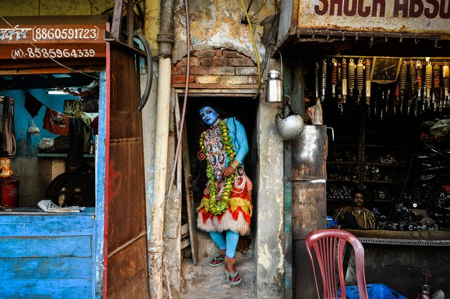 Indian artist, Ravi Kali (32), dressed as Hindu goddess Kali, leaves his home prior to participating in a religious procession for the Hindu festival, Ganesh Chaturthi in New Delhi on September 24, 2015. (Photo by Chandan Khanna/AFP Photo)