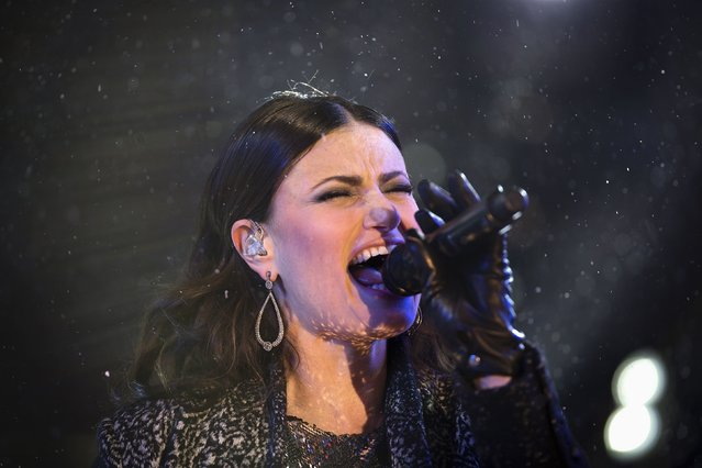 Singer Idina Menzel performs in Times Square on New Year's Eve in New York December 31, 2014. (Photo by Carlo Allegri/Reuters)