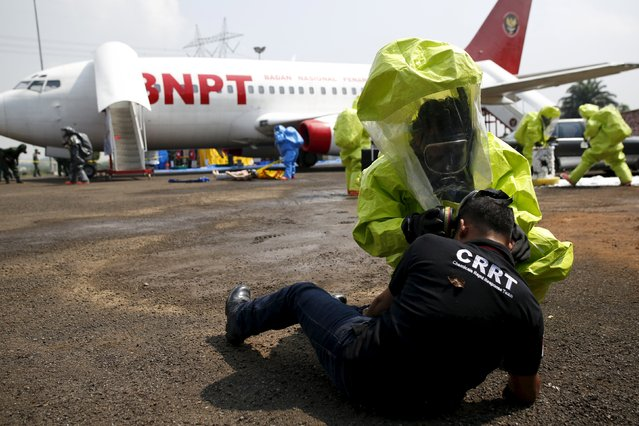 Members of the Indonesian security forces take part in an exercise simulating hazardous chemicals at the National Counter Terrorism Agency (BNPT) in Sentul, south of Jakarta, November 20, 2015. (Photo by Darren Whiteside/Reuters)