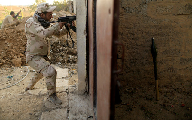 An Iraqi soldier aims his rifle during a battle with Islamic State, at the front line in the Intisar district of eastern Mosul, Iraq November 4,  2016. (Photo by Zohra Bensemra/Reuters)