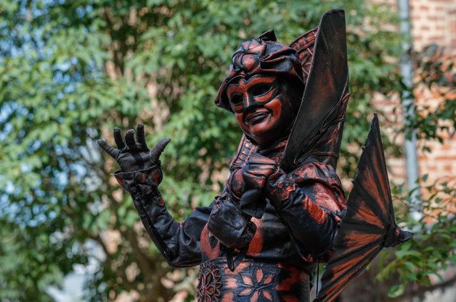 """An artist called """"La Bohemienne"""" takes part in the festival """"Statues en Marche"""" in Marche-en-Famenne, Belgium, July 22, 2018. (Photo by Yves Herman/Reuters)"""