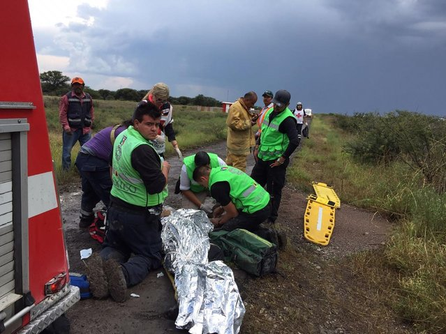 A handout photo made available by the Civil Protection State Coordination (CPCE) shows emergency personnel at the site where an Aeromexico plane crashed, helping passengers, in Durango, Mexico, 31 July 2018. 80 people were reported to be on board. No official casualty report has been released. (Photo by EPA/EFE/Civil Protection State Coordination)