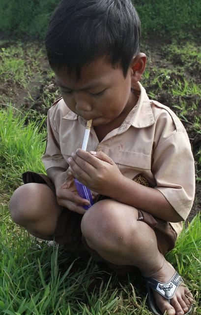 Dihan attempts to light a cigarette. (Photo by Rezza Estily/JG Photo)