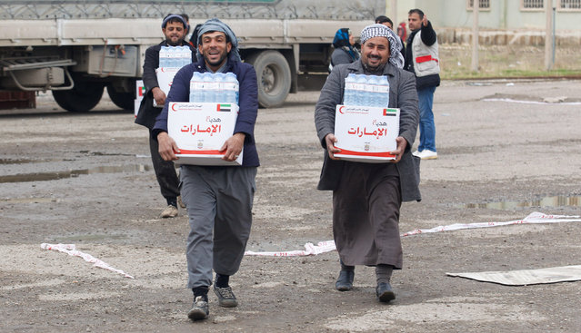 Displaced Iraqis from Mosul, who are fleeing from Islamic State militants, receive aid in the east of Mosul, Iraq, December 21, 2016. (Photo by Khalid al Mousily/Reuters)