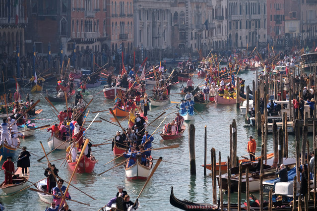 Venetians row during the masquerade parade on the Grand Canal during the Carnival in Venice, Italy on February 17, 2019. (Photo by Manuel Silvestri/Reuters)