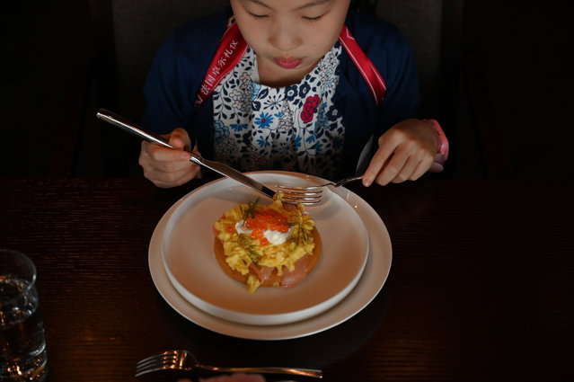 This picture taken on June 1, 2019 shows Danielle Liu eating during an etiquette and manners class in central Shanghai. (Photo by /Reuters)