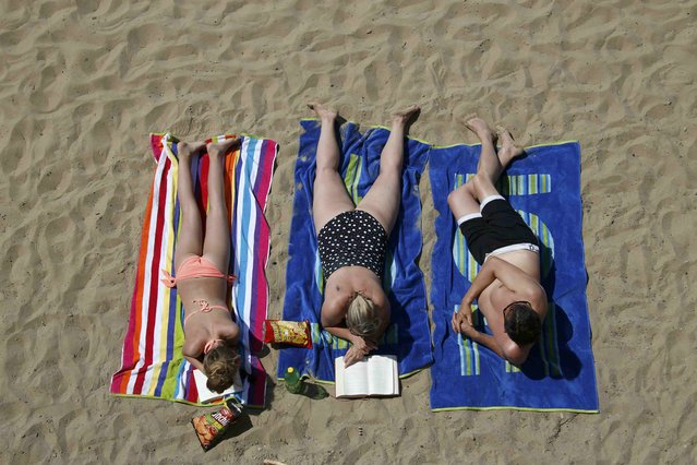 "People sunbathe on a hot sunny summer day at Berlin's Wannsee lido, Germany, July 3, 2015. German weather service (DWD) are advising of high temperatures at ""record levels"" in southern and western Germany this week. (Photo by Fabrizio Bensch/Reuters)"