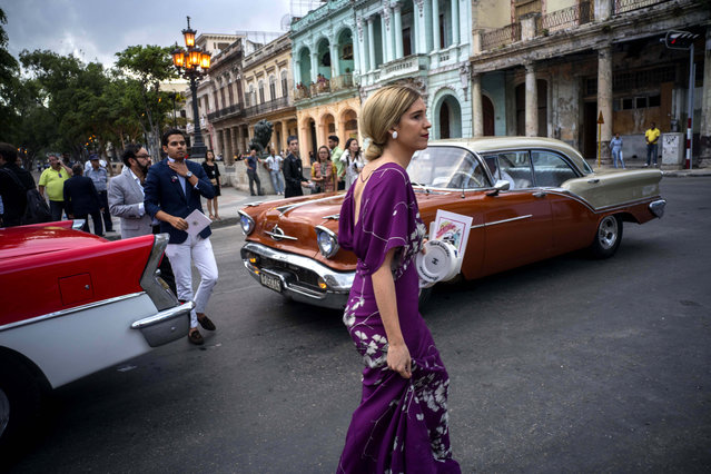 "Guests arrive to the presentation of fashion designer Karl Lagerfeld's ""cruise"" line for fashion house Chanel, at the Paseo del Prado street in Havana, Cuba, Tuesday, May 3, 2016. (Photo by Ramon Espinosa/AP Photo)"
