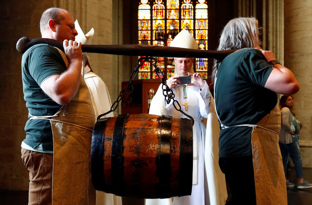 Bearers carry a barrel of beer ahead of a mass celebrating Saint-Arnould, patron saint of brewers, at Saint Gudula Cathedral in Brussels, Belgium on September 6, 2019. (Photo by Francois Lenoir/Reuters)