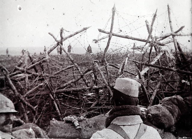 An undated archive picture shows German soldiers (rear) offering to surrender to French troops, seen from a listening post in a trench at Massiges, northeastern France. (Photo by Collection Odette Carrez/Reuters)