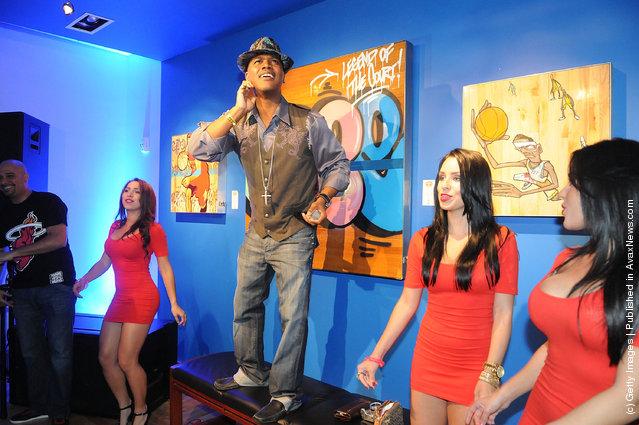 Singer Kevin Lyttle poses with models during the Premier Beverage: Jocktails 2012 Orlando