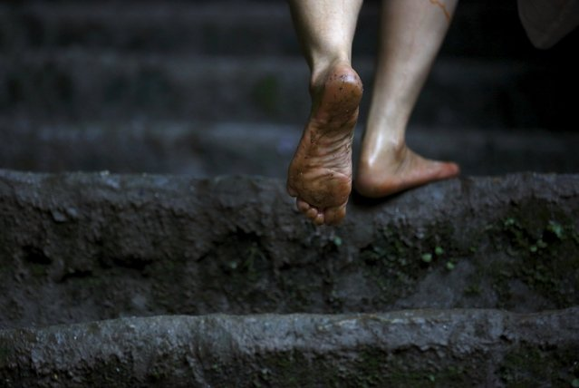 """The bare foot of a Hindu devotee is pictured as she climbs the stairs while participating in the """"Bol Bom"""" pilgrimage in Kathmandu August 10, 2015. (Photo by Navesh Chitrakar/Reuters)"""