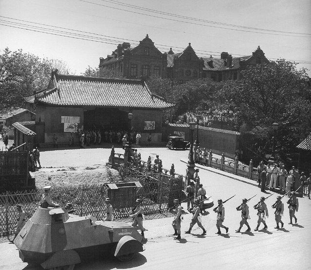1948年6月,士兵与装甲车阻止交大学生参加游行。 (In June 1948, soldiers and armored vehicles blocked the National Chiao Tung University students to participate in the procession)