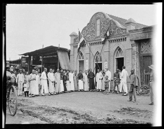 Chi Hua Men Chapel & Reception Committee. China, Beijing, 1917-1919. (Photo by Sidney David Gamble)