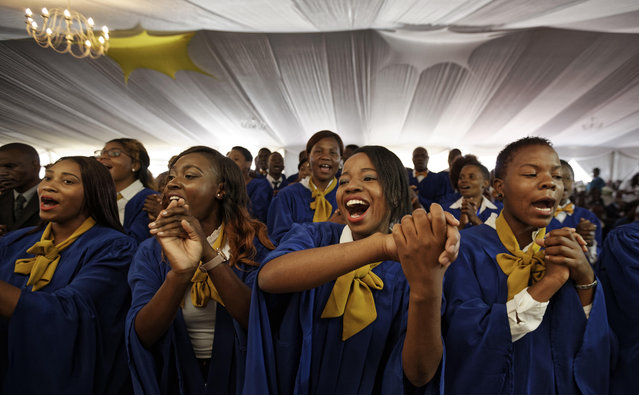 The choir sings as Zimbabwe's President Robert Mugabe presides over a student graduation ceremony at Zimbabwe Open University on the outskirts of Harare, Zimbabwe Friday, November 17, 2017. Mugabe is making his first public appearance since the military put him under house arrest earlier this week. (Photo by Ben Curtis/AP Photo)