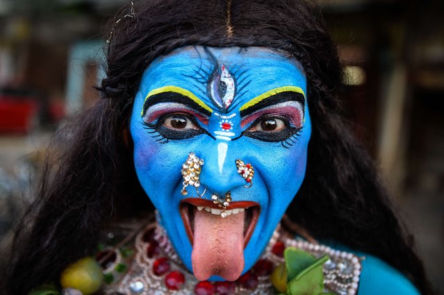 Indian artist, Ravi Kali (32), dressed as Hindu goddess Kali, participates in a religious procession for the Hindu festival, Ganesh Chaturthi in New Delhi on September 24, 2015. (Photo by Chandan Khanna/AFP Photo)