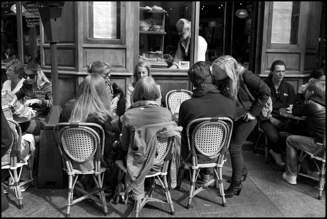 An after lunch kiss. Restaurant Les Philosophes, Le Marais. (Photo and comment by Peter Turnley)