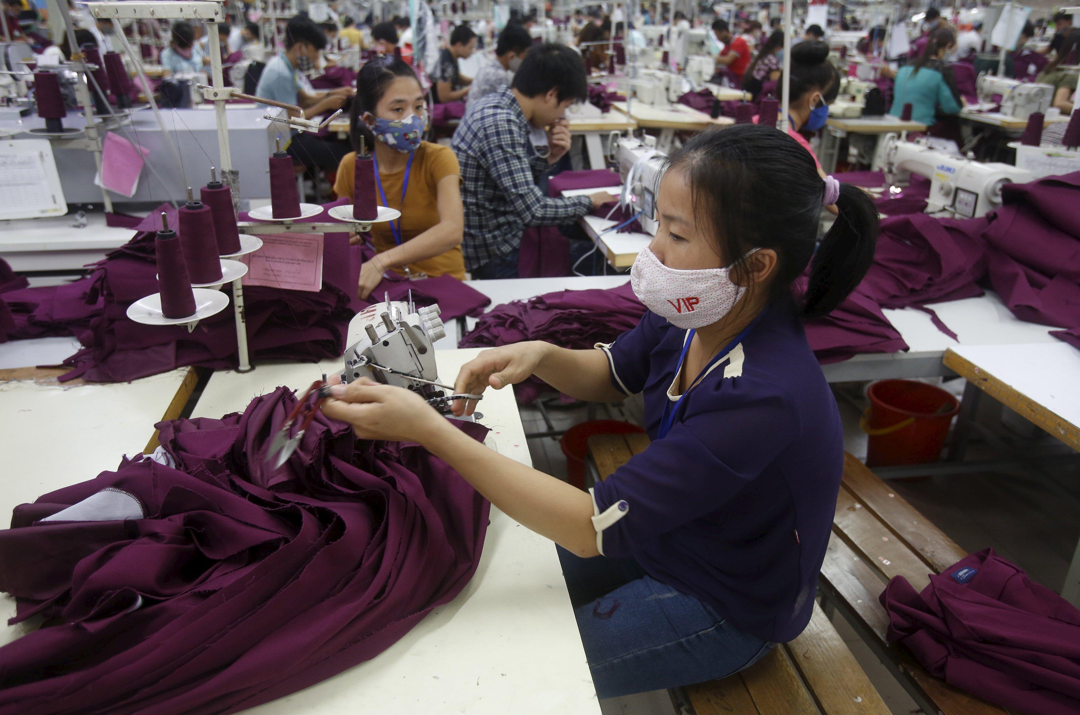всех нас вьетнамцы шьют массово одежду фото такое режимная