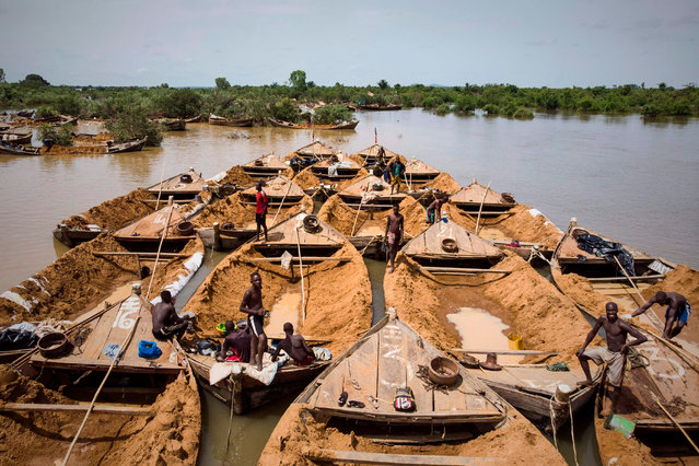 A convoy of boats used to carry sand extracted from the river bed sails along the Niger River between Kangaba, in Mali' s southwestern Koulikoro region, and Bamako on October 2, 2018. (Photo by Michele Cattani/AFP Photo)