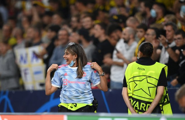 A Security guard reacts after receiving the shirt of Cristiano Ronaldo of Manchester United (not pictured) after the UEFA Champions League group F match between BSC Young Boys and Manchester United at Stadion Wankdorf on September 14, 2021 in Bern, Switzerland. (Photo by Matthias Hangst/Getty Images)
