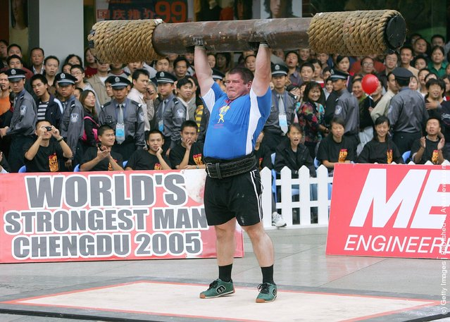 Brian lrwin of Ireland lifts a log during a match of the 2005 World's Strongest Man Competition at Chunxi Road