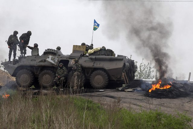 Ukrainian troops guard a checkpoint near the town of Slaviansk in eastern Ukraine May 2, 2014. (Photo by Baz Ratner/Reuters)