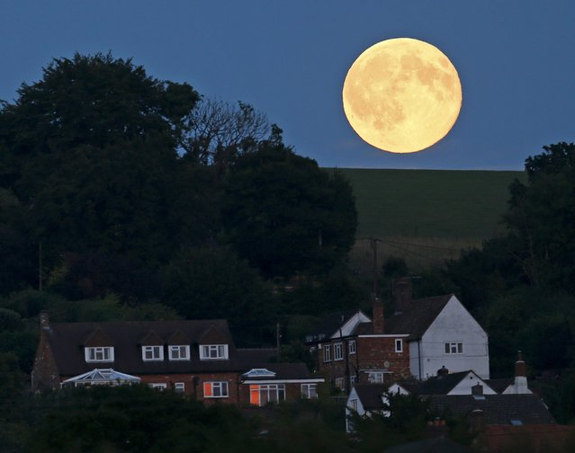 A full moon, known as the Blue Moon is seen over Loosely Row, near Princes Risborough, southeast England, July 31, 2015. (Photo by Eddie Keogh/Reuters)