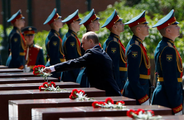 Russian President Vladimir Putin attends a wreath-laying ceremony marking the 75th anniversary of the Nazi German invasion, by the Kremlin walls in Moscow, Russia, June 22, 2016. (Photo by Grigory Dukor/Reuters)