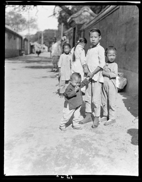 Sui An Po children, one picking nose. China, Beijing, 1917-1919. (Photo by Sidney David Gamble)