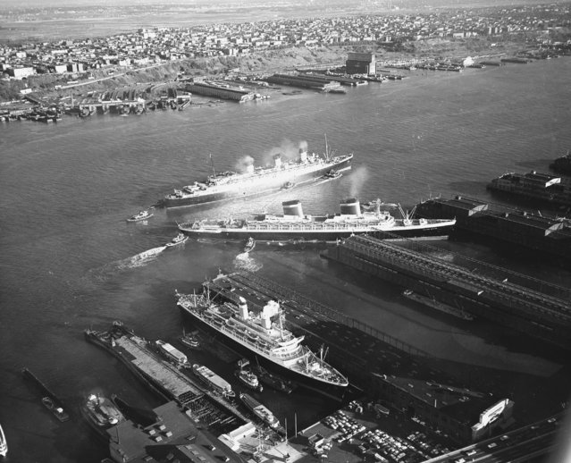 Three ocean liners arrive at their New York piers after crossing the Atlantic ocean from Europe, September 2, 1958. At the top is Queen Mary, in center is the United States, and at bottom is the Independence. (Photo by AP Photo)