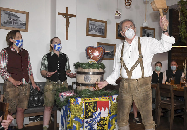 Christian Ude, Honorary Citizen of the City of Munich and former Mayor of Munich, taps the first barrel at the tapping in the Schillerbräu with a mouth and nose protector in Munich, Germany, Saturday, September19, 2020. Despite the cancellation of the Wiesn due to Corona, events and actions take place in the state capital. (Photo by Felix Hörhager/dpa via AP Photo)