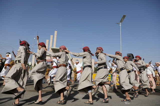 Tribesmen perform the Baraa dance during a mass wedding held by the Houthis, amid the spread of the coronavirus disease (COVID-19), in Sanaa, Yemen ob December 9, 2020. (Photo by Khaled Abdullah/Reuters)