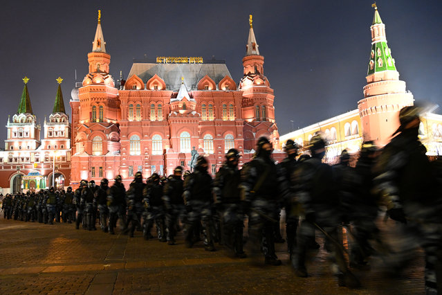 Law enforcement officers block Moscow's Manezhnaya Square on February 2, 2021. A Moscow court on February 2 granted a prosecutors' request for Kremlin critic Alexei Navalny to serve prison time for violating the terms of his parole. Judge Natalya Repnikova ordered a suspended three-and-a-half-year sentence Navalny received in 2014 to be changed to time in a penal colony, an AFP journalist at the courthouse said. Repnikova said time Navalny previously spent under house arrest in the sentence would count as time served, and, according to his team, that would mean at least two-and-a-half years in prison now. Navalny's Anti-Corruption Fund (FBK) immediately called for supporters to protest in central Moscow. (Photo by Kirill Kudryavtsev/AFP Photo)