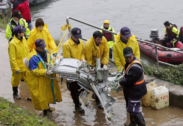 Rescue personnel carry the wreckage of TransAsia Airways plane Flight GE235 after it crash landed into a river, in New Taipei City February 5, 2015. (Photo by Pichi Chuang/Reuters)