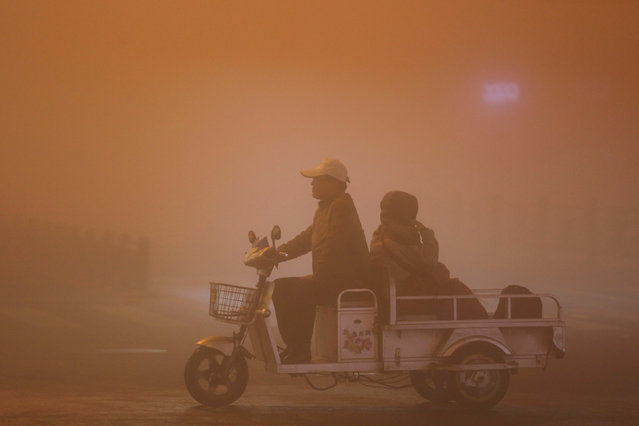 People ride during heavy smog in Lianyungang, Jiangsu province, China, November 13, 2016. (Photo by Reuters/Stringer)
