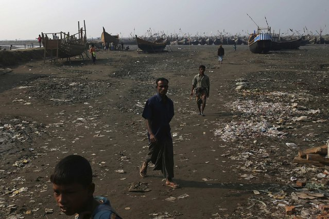 Internally displaced Rohingya men work along the river banks where their fishing boats are docked, in Thae Chaung IDP camp on the outskirts of Sittwe, February 15, 2015. (Photo by Reuters/Minzayar)