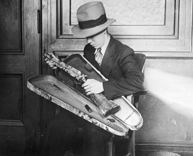 This sawed-off shotgun was carried in a violin case to the Port Newark National Bank in Newark, NJ on February 28, 1930. Three gunmen – determined to seize $25,000 – staged a wild west gun battle at the entrance of the bank in the center of the city, at 10:45 A.M. Osie Danneman, black messenger for the bank, was the hero, saving $25,000. Photo shows the violin-cased sawed-off shotgun. (Photo by Bettmann/Getty Images)
