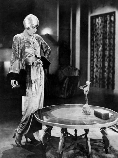 Actress Evelyn Brent wears hostess pajamas, chartreuse velvet trousers and sable-trimmed metallic jacket with a silver-cloth turban, February 20, 1929. (Photo by AP Photo)