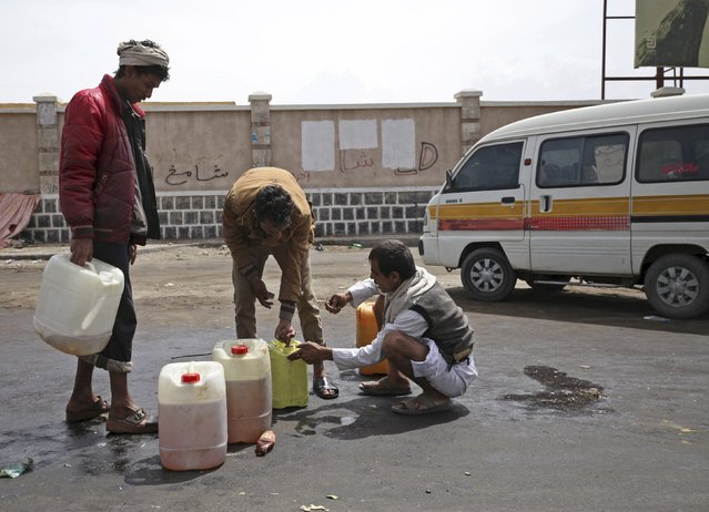 A man (R) buys black market fuel amid an acute shortage of fuel in Sanaa, Yemen, July 1, 2015. Yemen is running critically short of imported food and fuel as war has cut internal supply lines and a near-blockade by Saudi-led naval forces has held up shipping to the country, the Arab world's poorest even before fighting erupted. (Photo by Mohamed al-Sayaghi/Reuters)