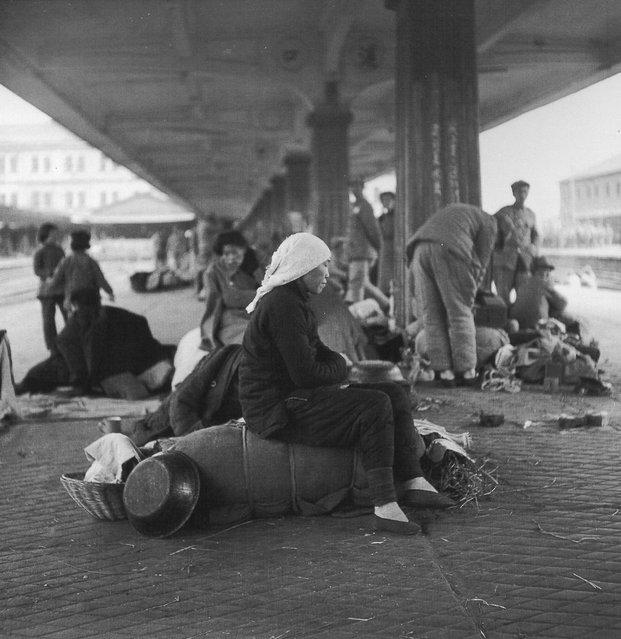 1948年11月,南京,等火车的小脚女人。 (In November 1948, Nanjing, and other train women with bound feet)