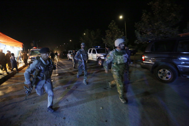 """Afghan security forces rush to respond to a complex Taliban attack on the campus of the American University in the Afghan capital Kabul on Wednesday, August 24, 2016. """"We are trying to assess the situation"""", President Mark English told The Associated Press. (Photo by Rahmat Gul/AP Photo)"""