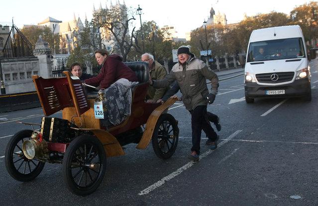 Participants push their vintage car during the annual London to Brighton veteran car run in London, Britain November 6, 2016. (Photo by Neil Hall/Reuters)
