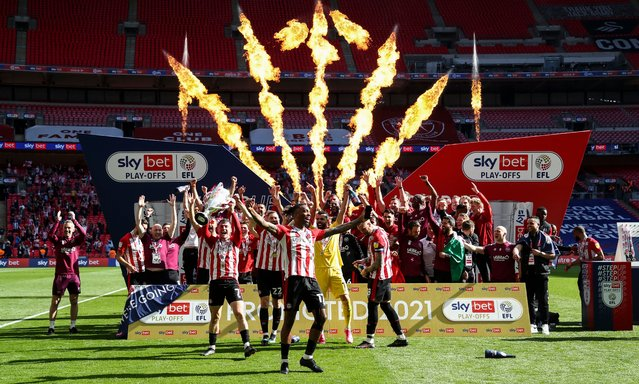 Brentford players lift the Championship play off trophy with Ivan Toney of Brentford (front centre) at Wembley Stadium in London, United Kingdom on May 29, 2021. (Photo by James Marsh/BPI/Rex Features/Shutterstock)
