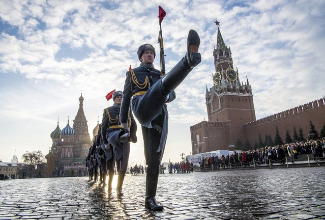 Russian honour guards march during the military parade at Red Square in Moscow on November 7, 2018. Russia marks the 77th anniversary of the 1941 historical parade, when Red Army soldiers marched past the Kremlin walls towards the front line to fight Nazi Germany troops during World War Two. (Photo by Mladen Antonov/AFP Photo)
