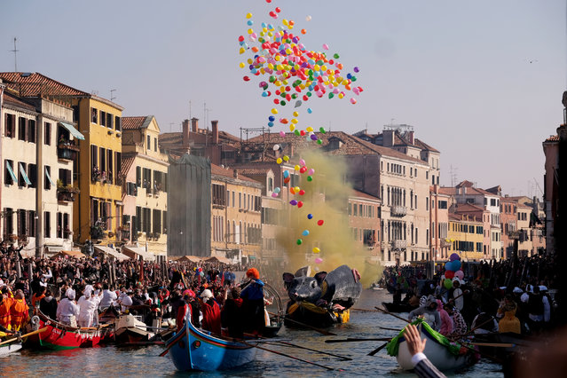 Venetians row during the masquerade parade on the Cannaregio Canal during the Carnival in Venice, Italy on February 17, 2019. (Photo by Manuel Silvestri/Reuters)