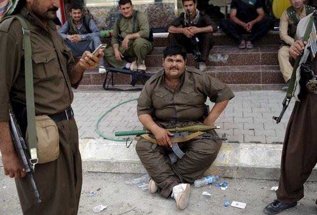 Kurdish gunmen rest during clashes with a Shi'ite militia in Tuz Khurmato, Iraq, April 24, 2016. (Photo by Goran Tomasevic/Reuters)